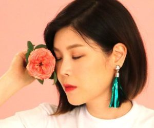 "LYn's promotional picture for ""Joue Avec Moi"""