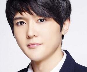 APeace's former member Kim Doo Hee.