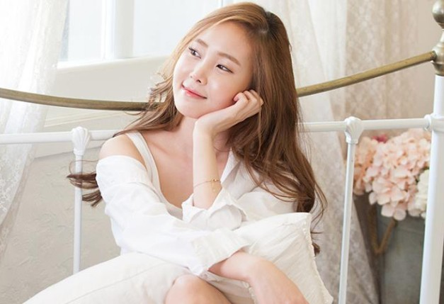 "Yeseul's ""Love at First Sight"" promotional picture."