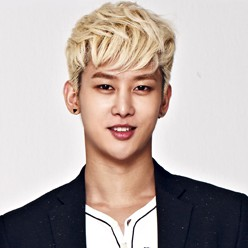 "UNIQ's Yixuan ""Best Friend"" promotional picture."