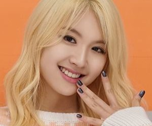 "MyB's Hayoon ""Ddoddo"" promotional picture."
