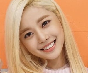 """MyB's Moonhee """"Ddoddo"""" promotional picture."""