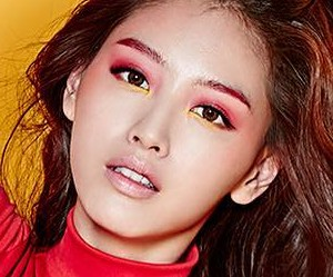 "Rainbow's Jaekyung ""Prism"" promotional picture."