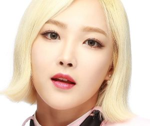 "Wanna.B's Siyoung ""Why"" promotional picture."