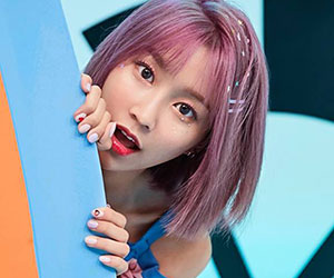 """Momoland's Hyebin promotional picture for """"Freeze"""""""