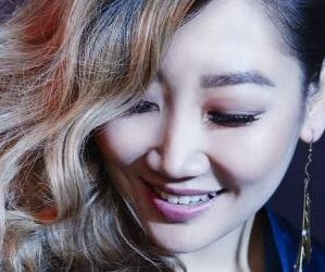 "esNa's ""Attention"" promotional picture."